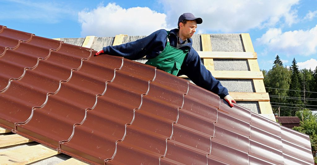 A roofing professional in Hazelwood, MO