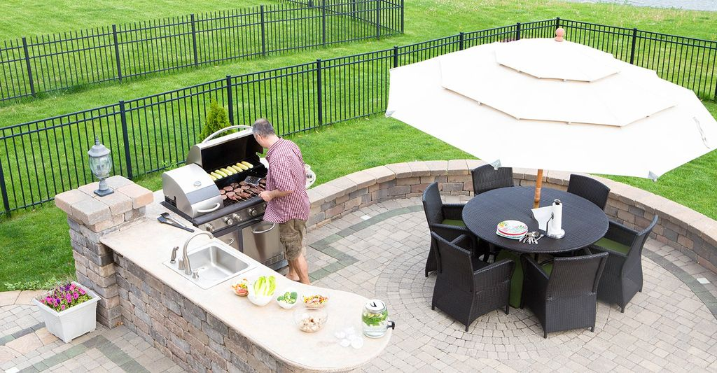 An outdoor kitchen builder in Denver, CO