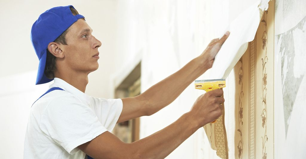 A wallpaper removal professional in Schaumburg, IL