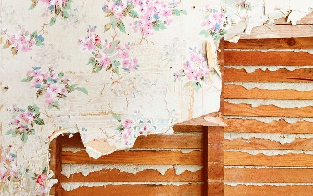 How much does it cost to remove wallpaper in a room?