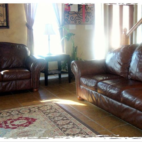You may be seated in the comfortable sofas in the waiting room or enter with your child to the music studio