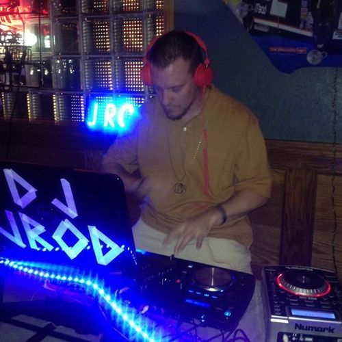 In action at a bar I used to work 🎉🎤 I love blending and mixing music together to keep the party rockin!