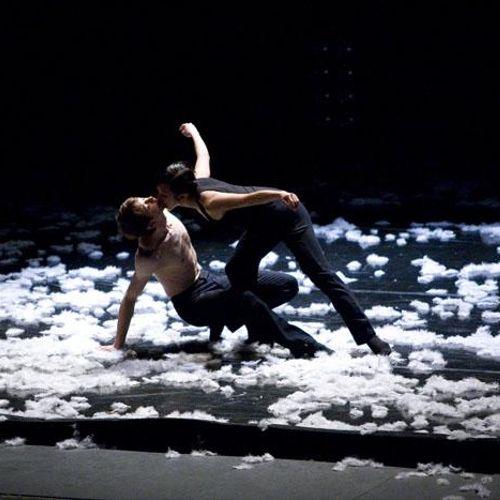 "Hubbard Street Dance Chicago ""Extremely Close"" by Alejandro Cerrudo"