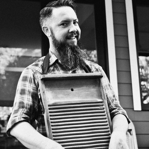 Gettin' ready for a show, scratchin' the washboard.
