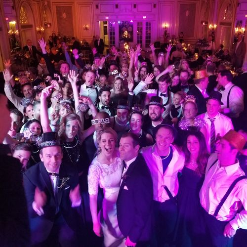 A packed dancefloor and a happy couple!