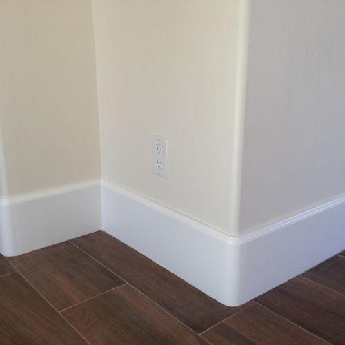Baseboard with radius corner pieces