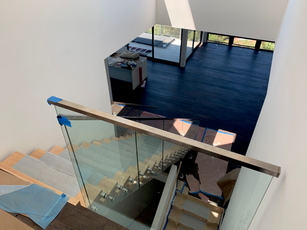 Floating staircase with glass