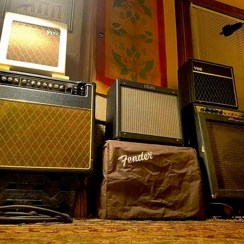 There are many many vintage guitar and bass amps here