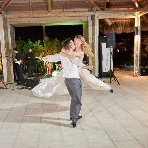 Flying kiss!! Wedding dance for Matt and Laura! They killed it❤️❤️❤️
