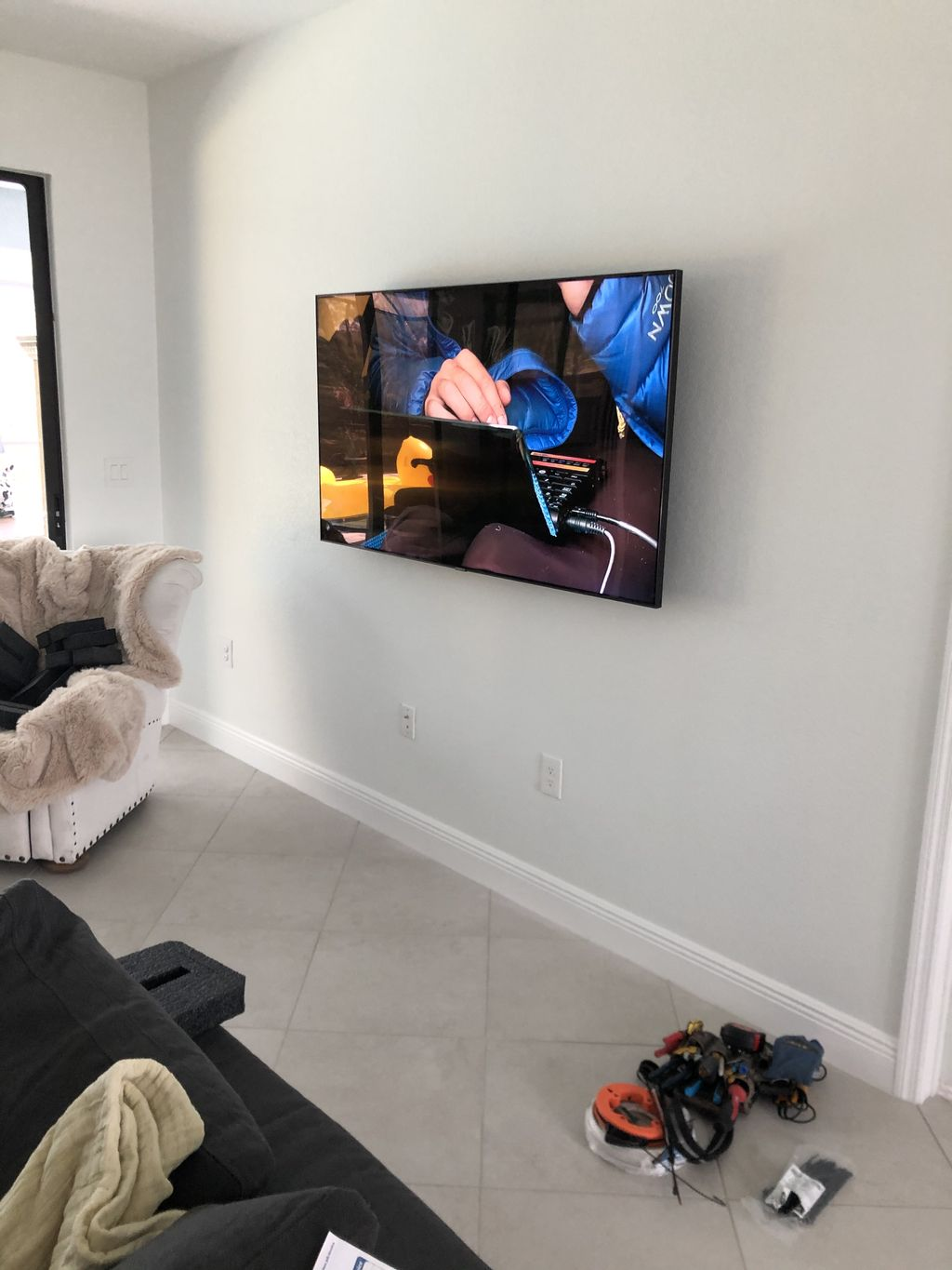 Articulating Mount with Samsung Connect Box