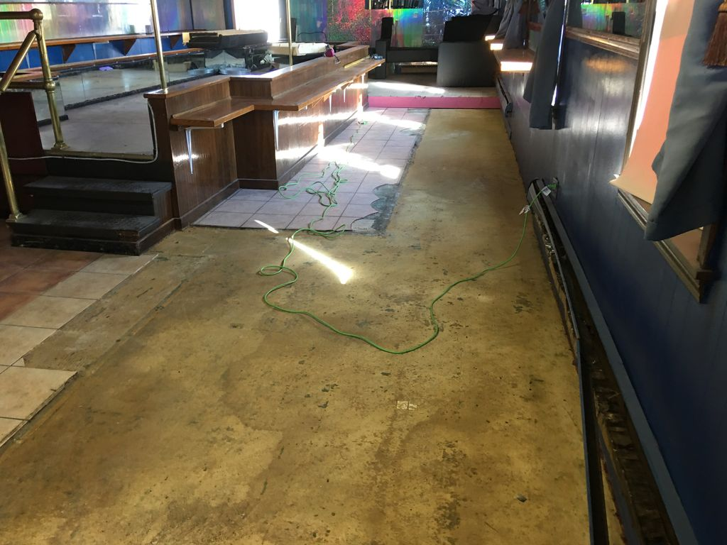 Epoxy floor, gloss black with flake
