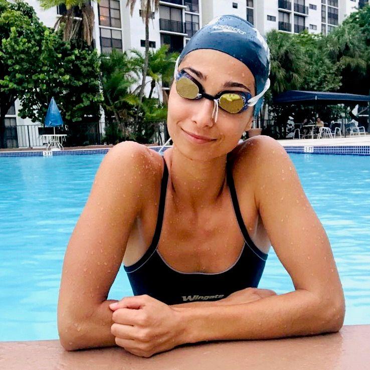Mariona Medina Swimming