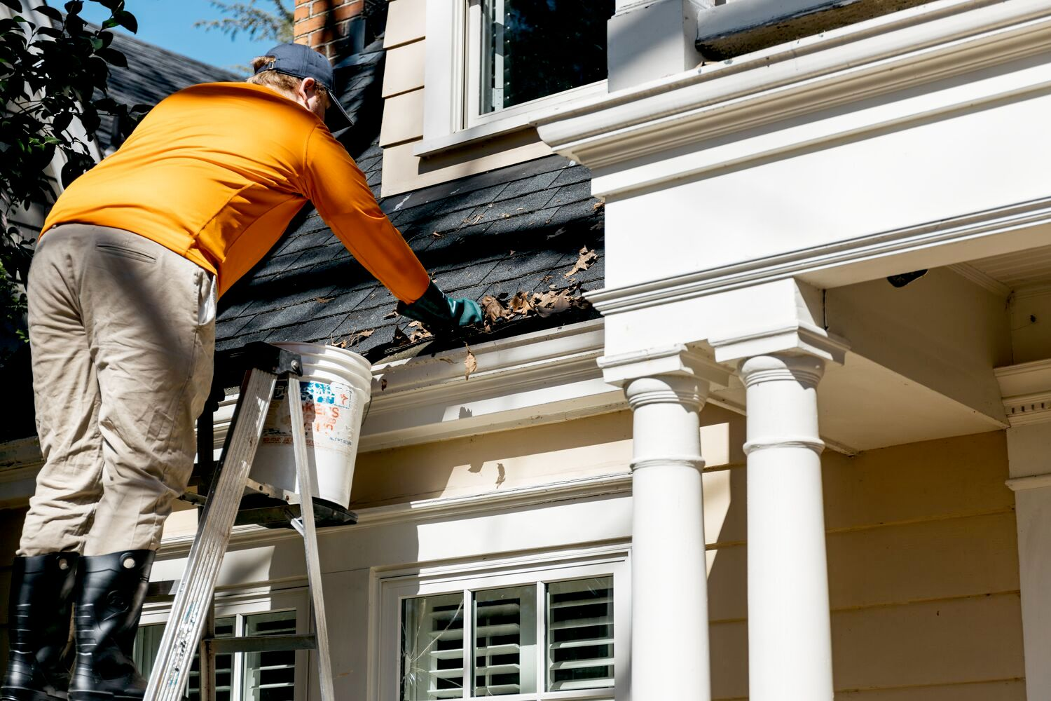pro cleaning gutter
