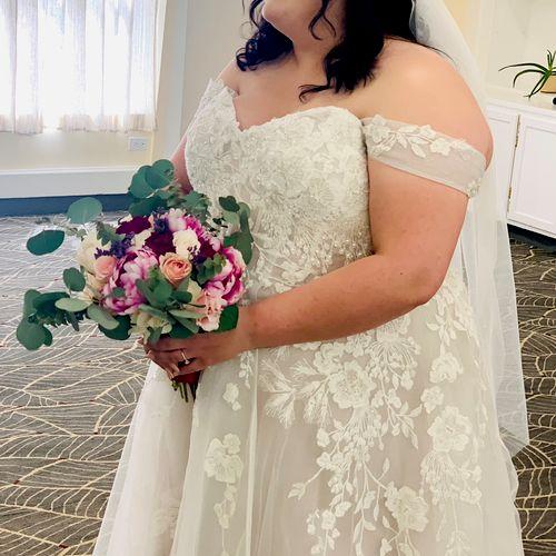 Happy brides are the prettiest 😍 @amara_eventsla