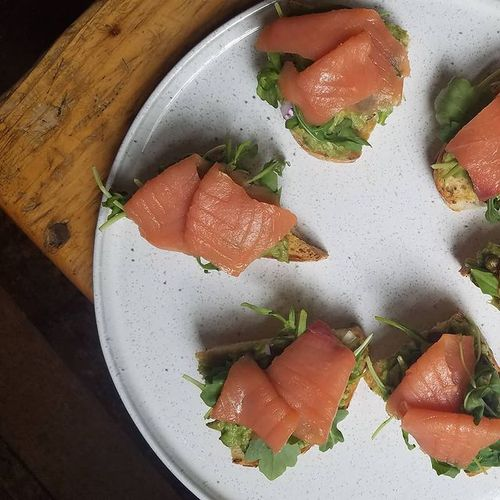 Avocado-smoked salmon toasts