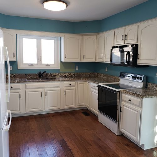 Just look at how the new white cabinets in Gwen's kitchen set off the blue of her walls and the marbled countertop!