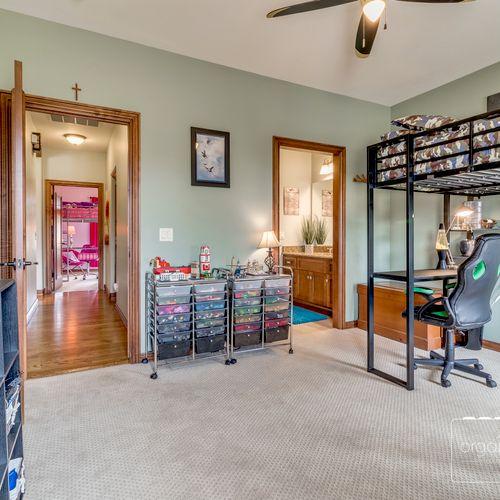 Teen Bedroom - declutter & staging for sale